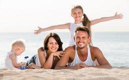 Пары при 2 дет лежа на пляже Стоковые Изображения RF