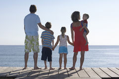 Пары при 3 дет стоя на моле Стоковые Фотографии RF