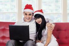 Пары при компьтер-книжка делая покупку онлайн Стоковая Фотография