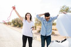 Пары при сломленный автомобиль ища помощь стоковое изображение rf