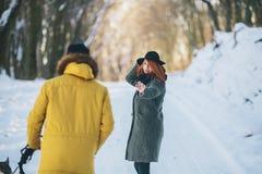 Пары при собака идя в парк Стоковая Фотография