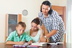 Пары при школьник подростка делая домашнюю работу Стоковая Фотография RF