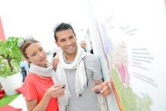 Пары проверяя карту на ярмарке вина Стоковое Фото