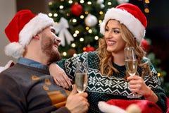 Пары провозглашать и празднующ рождество дома Стоковые Фотографии RF