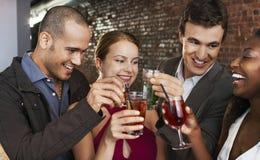 Пары провозглашать пить на баре стоковые изображения rf