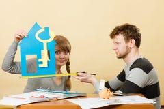 Пары проектируют их первый дом Стоковые Изображения