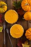 Пары простых домодельных пирогов тыквы украшенных с сырцовым апельсином Стоковые Фото
