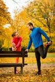 Пары протягивая перед jogging Стоковые Изображения