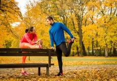 Пары протягивая перед jogging Стоковое Фото
