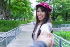 Пары путешественника держа руки совместно на каникулах Женщина walkin Стоковое Изображение RF