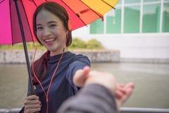 Пары путешественника держа руки совместно на каникулах Женщина walkin Стоковые Изображения RF