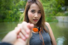Пары путешественника держа руки совместно на каникулах Женщина walkin Стоковые Фотографии RF