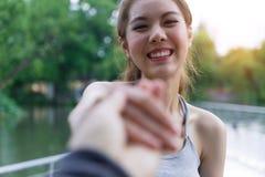 Пары путешественника держа руки совместно на каникулах Женщина walkin Стоковая Фотография RF