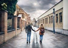 Пары путешественника на старой улице Тбилиси стоковая фотография