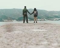 Пары путешественника любящие стоя на пристани Стоковые Изображения