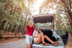 Пары путешествуя автомобилем в лесе Стоковые Изображения RF