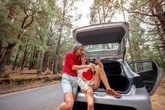 Пары путешествуя автомобилем в лесе Стоковое Изображение RF