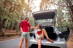 Пары путешествуя автомобилем в лесе Стоковое Фото