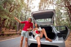 Пары путешествуя автомобилем в лесе Стоковые Фото