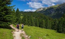 Пары путешествуя в доломите Альпах Стоковое Изображение RF