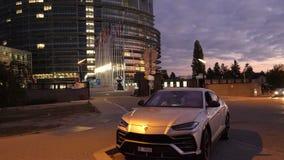 Пары путешествуя в роскошном Urus SUV Lamborghini сток-видео