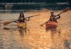 Пары путешествуя каяком Стоковая Фотография RF