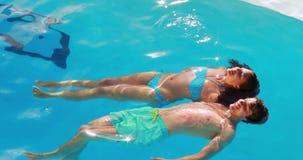 Пары плавая в бассейн акции видеоматериалы