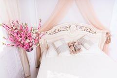 Пары плюшевого медвежонка Snuggling на романтичной кровати Стоковые Фото