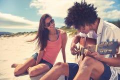 Пары пляжа гитары Стоковые Фото