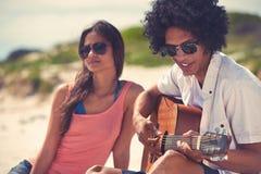 Пары пляжа гитары Стоковые Изображения