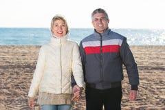 пары пляжа зреют гулять стоковая фотография