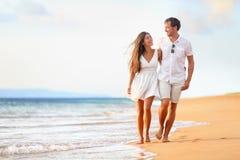 Пары пляжа идя на романтичное перемещение Стоковое Изображение