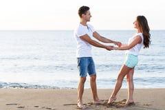 пары пляжа красивейшие Стоковая Фотография RF