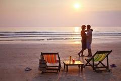 пары пляжа ослабляя Стоковое Фото