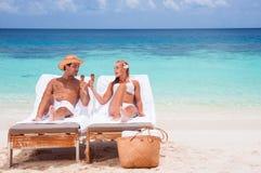 пары пляжа счастливые Стоковые Фотографии RF