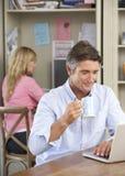 Пары работая в домашнем офисе совместно стоковое фото