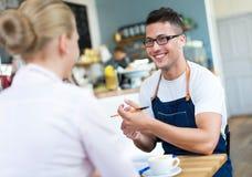 Пары работая на кафе стоковые фотографии rf