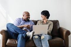 Пары работая на компьтер-книжке совместно Стоковое Фото
