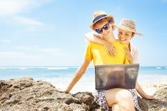 Пары работая на пляже Стоковая Фотография RF