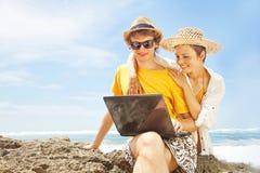 Пары работая на пляже Стоковое Изображение