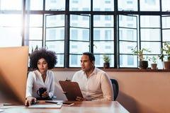 Пары работая на startup офисе Стоковые Фото