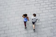 Пары разрабатывая совместно бежать внешний Стоковые Фотографии RF