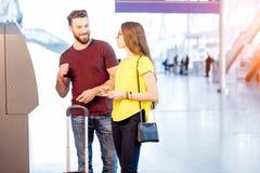 Пары разделяя деньги на авиапорте Стоковое Изображение