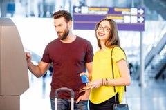 Пары разделяя деньги на авиапорте Стоковые Фото