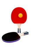 Пары ракеток пингпонга и оранжевого шарика на белизне Стоковые Фотографии RF