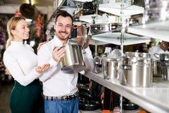 Пары рассматривая различные кастрюльки в магазине dinnerware Стоковое фото RF