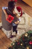 пары рождества обменивая подарки стоковые фотографии rf