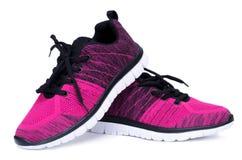 Пары розовых и черных ботинок женщины спорта изолированных на белой предпосылке Стоковые Изображения