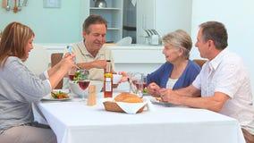 Пары друзей имея обед совместно акции видеоматериалы