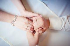 Пары рук владением любовников Стоковые Фотографии RF